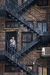 Pause cigarette (Lucille-bs) Tags: amérique etatsunis usa newyork architecture escalier fumeur brique city fenêtre homme