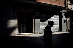 (DANG3Rphotos) Tags: street urban streetphotography streetphoto shadow shadows spain nikon d7100 nikonista dang3rphotos dang3r creative look vision style creativo imagen photo 2015 shot camera inspiration ver like this photos foto fotografia love art artist life light lights calle sombra sombras men oldman russafa