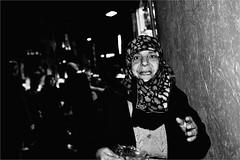 pi_011 (la_imagen) Tags: trkei turkey trkiye turqua istanbul istanbullovers pera beyolu istikllcaddesi sokak sw bw blackandwhite siyahbeyaz  monochrome strasenfotografieistkeinverbrechen street streetandsituation streetlife streetphotography menschen people insan gece nacht night