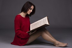 Lady book IMG_9845 (geneaban) Tags: femme jeune assise livre vieux sexy rouge jambe