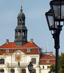 Rathaus Leuchten (ruedigerhey) Tags: objekte orte deutschland germany bauwerke blumen gebude lampe lampen gaslaterne rathaus lneburg lneburger