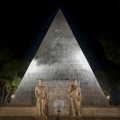 NIMES-0135 (25) (philippemurtas) Tags: pyramide statue nuit homage nîmes gard france pyramid night nikon