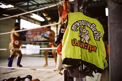 """BE THE GENTLEMAN IN THE BOXING RING"" (Sakulchai Sikitikul) Tags: leica film 35mm thailand kodak bessa depthoffield summicron 200 boxer f2 boxing asph muaythai r2a"