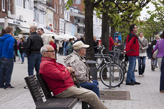 Streetscene  Streetlife (fipixx) Tags: road street people urban living outdoor strasse streetscene environment leisure everyday humans travemnde strassenszene alltag gesellschaft strassen strassenleben urbanarte lebenswelt