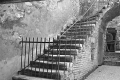 L'escalier du potier (CCybo) Tags: street blackandwhite bw white black byn blancoynegro blanco monochrome nikon noir noiretblanc negro nb ruelle rue blanc escalier poterie monochroma negroyblanco potier nyb rembarde incoloro monochromie scharwz straete straate d3100 nikond3100