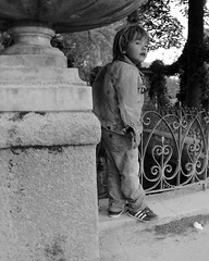 L'enfant de la fontaine (Photographer ninja) Tags: street blackandwhite paris blancoynegro kids kid noiretblanc candid streetphotography streetlife streetscene streetphoto enfant iledefrance jardinduluxembourg shootandrun