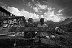 mountain romance (Hendrik Lohmann) Tags: street streetphotography strassenfotografie strase mountain schweiz switzerland romance people menschen liebe