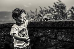 (Photo-LB) Tags: nikon d800 nikon58mm profondeurdechamp portrait lumire noiretblanc italie italia camion jouet enfant sourire jeux bokeh texture sucette arbre nature surlevif smiley child toy