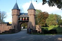 """Castle 'De Haar"""", Haarzuilens, The Netherlands (Davydutchy) Tags: haarzuilens dehaar huystehaer kasteel castle burg burcht schloss schlos zamek baron etiennevanzuylenvannijevelt etienne zuylen nijevelt barones baroness hlnederothschild hlne rothschild pierre cuypers gate poort tor pforte entrance october 2016"""