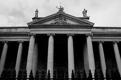 Simmetria (Ondeia) Tags: dublin dublino irlanda ireland travel travelling bw bianco nero contrasto maestoso colonne bank