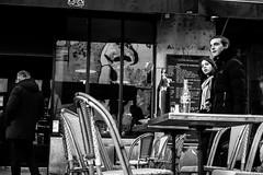Les bouteilles (LACPIXEL) Tags: jeunes youngpeoples jovenes adolescents teenagers adolescentes bouteilles bottles botellas terrasse terraza terrace restaurant restaurante extrieur exterior outside paris capitale france urbain urban urbano street calle rue gens gente people personnes reflet reflejo reflection monochrome noiretblanc blackandwhite blancoynegro fuji fujifilm xt2 fujinon flickr lacpixel
