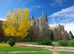 Astorga (Iigo Fdz de Pinedo) Tags: espaa gris europa paisaje rbol postal len muralla modernismo piedras torres palacio astorga antoniogaud palacioepiscopal neogtico granito pinculos
