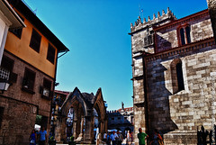 Guimaraes, hacia el Largo da Oliveira. (TurismoenPortugal) Tags: tower portugal church torre foto iglesia medieval guimaraes fotografia turismo norte romanico gotico minho largodaoliveira padraodosalado
