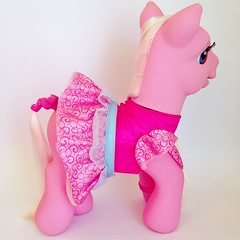 2007 Sing & Dance Pinkie Pie - My Little Pony (The Barbie Room) Tags: pink party pie dance dress singing dancing little pony sing talking pinkie mlp 2007 2000s my