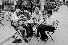 Can't get distracted (matteococco) Tags: bw blackandwhite parco bryantpark chess scacchi giocatori players nyc anziani oldmen seduti sitting streetphotography midtown pace peace