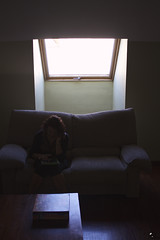 Estratega. (elojeador) Tags: chica mujer pensadora prim sof saln mesa risk juegodemesa hotel claraboya tragaluz ipad parqu mirandopordondeconquistarelmundo elojeador