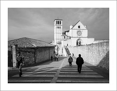 Basilica di San Francesco (Christa (ch-cnb)) Tags: assisi umbria italy italia blackandwhite basilica sanfrancesco soldier olympus omd mzd1240mm zuiko pro microfourthirds