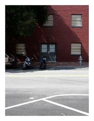 Nah am Wasser geparkt / Admiring the Lines (bartholmy) Tags: richmond va virginia shockoebottom tobaccorow motorrad motorbike bike hydrant baum tree parken parking geparkt angeschnittenesauto croppedcar schatten shadow asphalt tarmac strasenmarkierung streetmarkings tr door 107