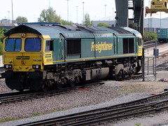 66588 runs round it's train of Freightliner wagons from Coatbridge, ready shunt together its next formation 25 5 2013 (4) (pnb511) Tags: uk suffolk trains shipping freight containers freightliner class66 intermodal felixstowedockandrailwaycompany railmountedgantrys