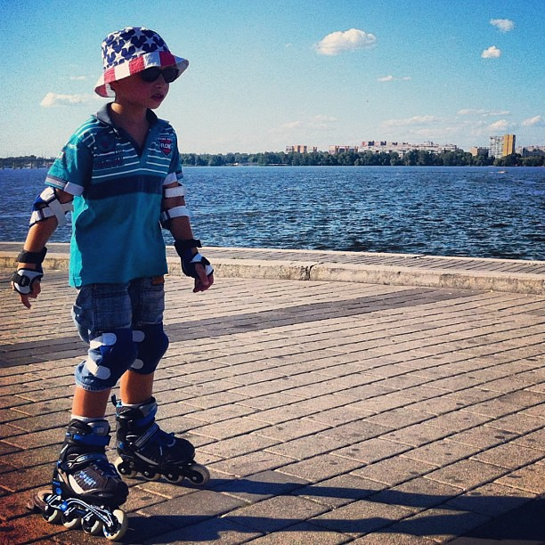 Roller boy in style. #roller #blades #rollerblades #boy #kid #child #style #instyle #american #us #usa #hat #river #embankment #quay #dnipro #dnepr #skating #summer #eyeglasses #street #life #social #moment #streetlife #streetphoto #streetphotography #doc