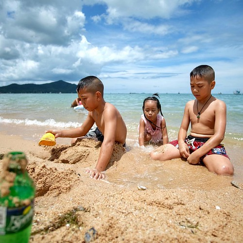 #beach #children #boy #girl #boyandgirl #play #sunshine #fujifilm #fujixm1 #samyanglens #12mmf2 #manuallens #manualfocus #chonburi #thailand