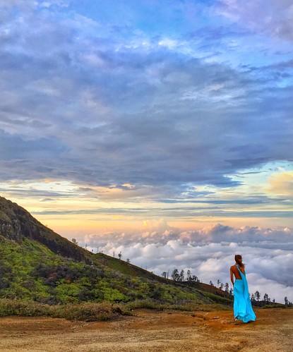 Amazing Morning isn't?? 🌅🙌💃 #Sun #sky #model #mountain #sunrise #ijen #indonesia #travel #photooftheday