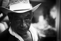 Miradas (sierramarcos14695) Tags: guatemala quetzalteanngo explorando ciudad feira monocromatico mirada hombre retrato blanco ynegro sombrero ojos sombra luz natural sony a58 profundidad de campo minolta rokkor mc guatemalteco intensidad