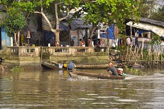 Life along the Mekong, Can Tho. (Olivier Simard Photographie) Tags: mekong mkong delta vietnam cantho bassac scnedevie fleuve canthoninhkiucnthvietnam vitnam haugiang femme soire lumiredore barque intimit oliviersimardphotographie crpuscule sampan asie asia rivre river voyage travel caisonorchard uthoai life rivire pagoda or gold paysage myanmar landscape country deltadumekong mekongdelta woman ablution candidshot reflet reflects vaisselle famille vielelongdumekong lingependu pcheur paltuvier dishes family lifealongthemekong hangingclothes fisherman mangrove
