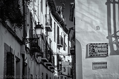 Placeta del Almez (ManuelHurtado) Tags: countries places spain ancient andalusia arabic architecture balcony building city cityscape europe european facade granada historic house lamp medieval neighborhood quaint sign spanish tourism traditional travel urban white andalucía españa es