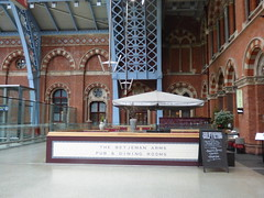 London St Pancras International Station - The Betjeman Arms Pub & Dining Rooms (ell brown) Tags: eustonrd camden london greaterlondon england unitedkingdom greatbritain stpancras stpancrasstation stpancrasinternational londonstpancrasstation londonstpancrasinternationalstation eurostar kingscross midlandrd gradeilisted gradeilistedbuilding stpancrasstationandformermidlandgrandhotelcamden formermidlandgrandhotel railwayterminusandhotel trainshedterminusfacilitiesandoffices midlandgrandhotel georgegilbertscott williamhenrybarlow deepredgripperspatentnottinghambrickswithancasterstonedressings shaftsofgreyandredpeterheadgranite slatedroofs gothicrevivalbuilding terminusofthemidlandrailway euston kingscrossstpancras kingscrossstpancrasundergroundstation thebetjemanarmspubdiningrooms