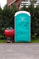 ?! (duesentrieb) Tags: love germany deutschland strawberry absurd toilet toilette plastic toitoi frucht liebe erdbeere dixi plastik niedersachsen lowersaxony portabletoilet dixiklo otterndorf