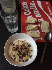 Frukost 18/10 (Atomeyes) Tags: surdegsknckebrd msli pumpakrnor mandel valntter skorpor ost surdeg knckebrd lime vatten