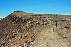 Pukara de Quitor (Marcio Cabral de Moura) Tags: chile dog cão way desert gente trail cachorro atacama caminho deserto trilha sanpedrodeatacama pukara quitor