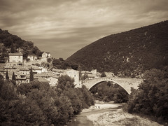 de l'eau sous le pont / water under the bridge (CTfoto2013) Tags: baigneurs enfants plage galets pebbles monochrome outdoor paca medieval pontroman bridge medievalbridge pont nyons drome france eygues orage storm clouds river riviere sepia mood ambiance retro vintage atmosphere buildings immeubles village town lumix gx7 panasonic mirrorlesscamera micro43 arbres trees coursdeau hills collines montagnes mountains