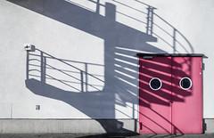 Four-Cast (Oink!) (thewhitewolf72) Tags: schatten tr rosa pink wendeltreppe treppe wand maxborninstitut adlershof gesicht urban haus weis