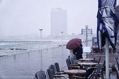 winterlicher Promenadenspaziergang (Smo42) Tags: schnee schirm promenade ostsee winter spaziergang sonya77ii sal1650 travemnde maritimstrandhotel
