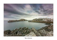 Tapia de Casariego... (Canconio59) Tags: largasexposiciones tapiadecasariego mar cielo sea sky nubes clouds asturias faro lighthouse costa coast rocas rocks