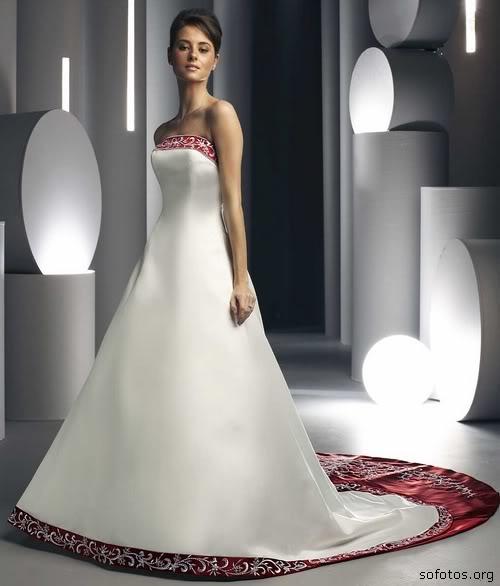 Vestido de noiva com detalhes vermelhos