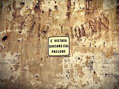 vini e liquori (Rino Alessandrini) Tags: muro divieto cartello sbrecciato vini liquori degrado urbano cortile regole scrostato sverniciato triste sovrapposizione wall sign ban chipped wines liquors urban decay crumbling courtyard rules stripped sad overlap