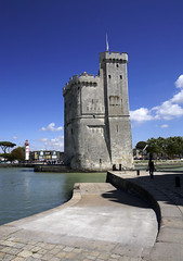 La Rochelle, la tour St-Nicolas (Ytierny) Tags: france vertical architecture port tour pierre larochelle fortification mur phare quai bâtiment militaire entrée forteresse drapeau défense edifice pavé stnicolas littoral chenal donjon eté charentais charentemaritime avantport mâchicoulis ytierny