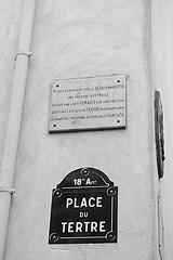 Targa commemorativa (Morgause666) Tags: blackandwhite bw paris france blackwhite frankreich europa europe ledefrance eu bn francia europeanunion biancoenero parigi 18e