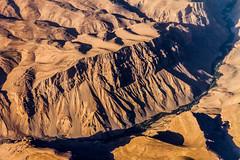 Flying over Afghanistan V (Aicbon) Tags: verde flyingoverafghanistan flying afghanistan afganistan caon canon eos 7d nature landscape naturaleza desert asia afgano paisaje marron brown desierto montaa mountains river