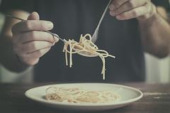 Spaguettis (Graella) Tags: spaguettis tallarins pasta food comida menjar man people gente hands manos mans portrait retrato retrat cubiertos cuchara tenedor spoon fork forquilla plat plato comer almuerzo