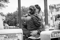 Beso Telefónico (Geraint Rowland Photography) Tags: beso kiss kissing romance latinos latinamerica mexico visitmexico mexicocity df distritofederal streetphotography blackandwhite blancoynegro geraintrowlandphotography thestreets