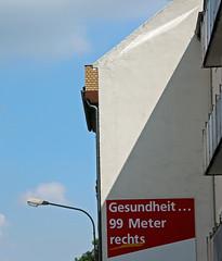 Gesundheit. (universaldilletant) Tags: offenbach werbung reklame gesundheit 99 meter rechts laterne