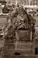 3 - Bayeux, Cimetire de l'Ouest, Tombe (melina1965) Tags: normandie calvados bayeux octobre october 2016 nikon d80 sculpture sculptures spia sepia cimetire cimetires cemetery cemeteries graveyard grave yards tombe tombes graves