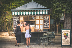 Some ice cream? (Thomas Franke Photography) Tags: entdecken reisen visit reise visite travel sommer goldenestunde goldenhour stand verkauf verkaufen people menschen eiscream eis icecream ice streetphotography street garten frankreich jardin jardindeluxembourg france paris