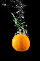 CLASSICAL MANDARINE SPLASH #1  IMG_5370IMG_5534 (photo.bymau) Tags: bymau canon 7d slide lemon mandarine fruit studio highspeed flashsync flash sync haute vitesse water drop bulle bulles buble orange dark yellow