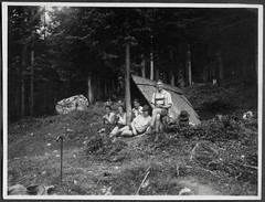 "Archiv Chris091 ""Im Karwendel, 1930"" (Hans-Michael Tappen) Tags: archivhansmichaeltappen karwendel jause pause österreich tirol austria wanderer wandern gruppenfoto fotorahmen outdoor hut bergschuhe lederhose hosenträger braces 1930 1930er 1930s landschaft scenery"
