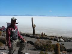 Salar de Uyuni, Isla Pescado (Bolivia). Santiago, el cactus-dedo, y el salar (escandio) Tags: santiago bolivia salar 2007 uyuni islapescado salaruyuni transamericana